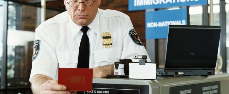 Cosa fare per spedire un passaporto all'estero