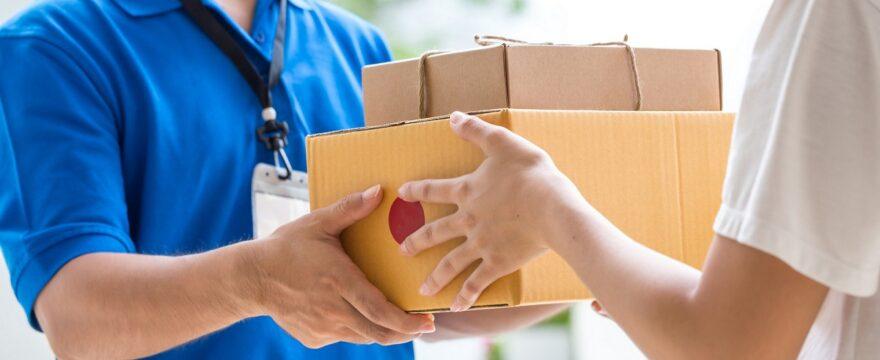 Pacchi e buste: è possibile spedirli da casa?